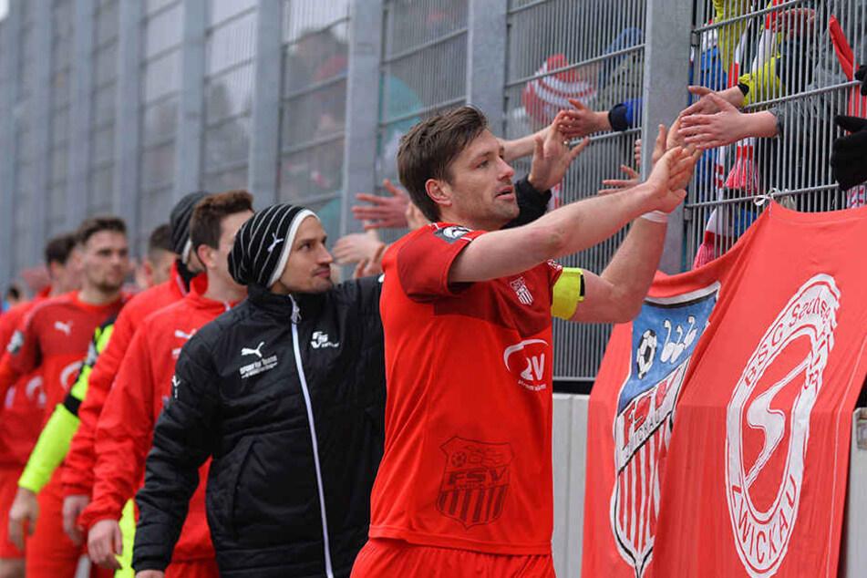 Die FSV-Spieler auf der hochverdienten Ehrenrunde bei den Fans.