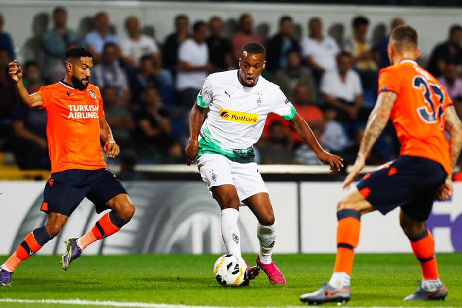 Borussia Mönchengladbach, hier Alassane Plea (M.) glich gegen Istanbul Basaksehir in der Nachspielzeit doch noch aus.