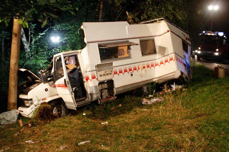 Baum bohrt sich durch Wohnmobil: Fahrer schwer verletzt