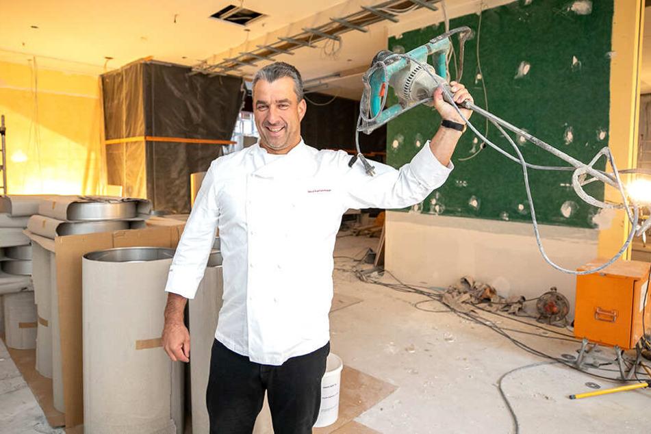 Statt eines handlichen Pürierstabes schwenkt Gourmetkoch Gerd Kastenmeier (49) den XXL-Farbmixer.