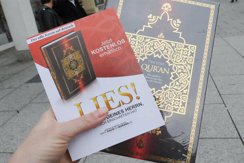 """Zu jedem Koran bekommt man auch einen Flyer der """"Lies!""""-Kampagne (Symbolbild)."""