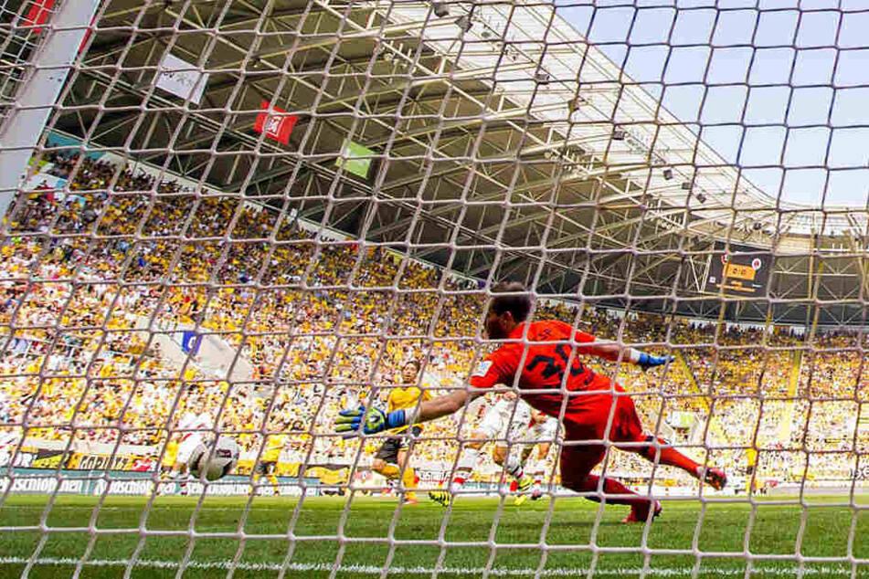 Das Tor des Tages: Im Hinspiel gelang Andreas Lambertz (M., h.) Dynamos Siegtreffer zum 1:0 gegen St. Pauli.