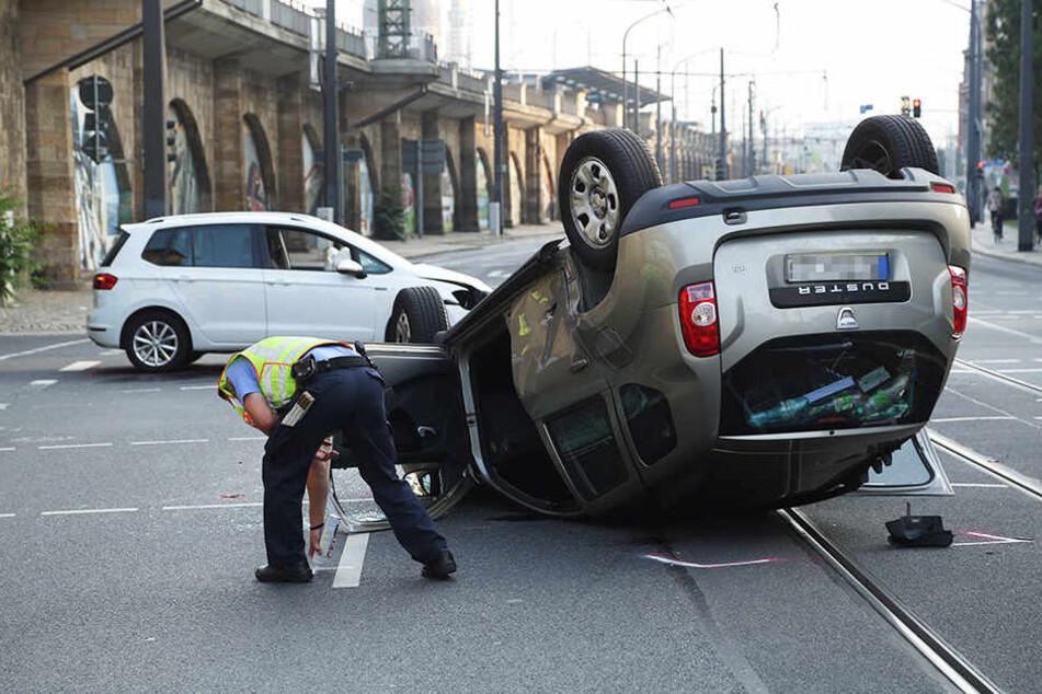 Der Dacia überschlug sich und blieb auf dem Dach liegen.