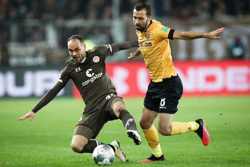 Rico Benatelli behauptet gegen Josef Husbauer den Ball.