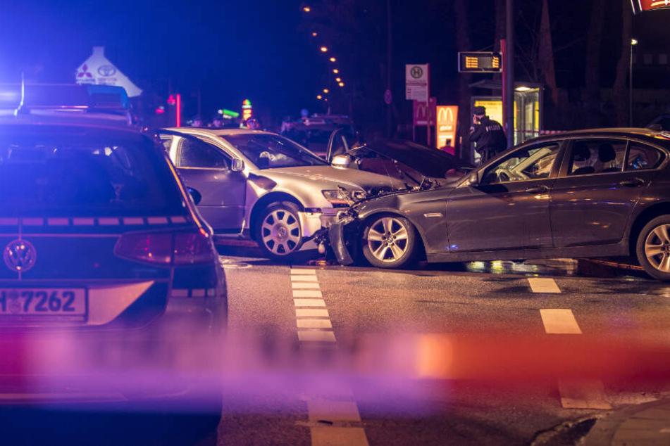 Der per Haftbefehl gesuchte Mann rammte mit seinem silbernen VW den Einsatzwagen der Zivilfahnder.