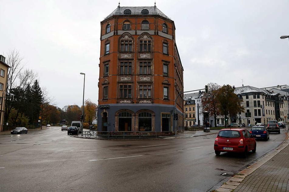 Der links-alternative Künstler-Club Lokomov liegt an der Ecke  Augustusburger/Clausstraße.