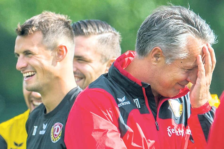 Die Laune ist trotz einer teils holprigen Vorbereitung gut. Und Dynamo-Trainer Uwe Neuhaus ist froh,  dass ihm Philip Heise (l.) als Leistungsträger erhalten bleibt.