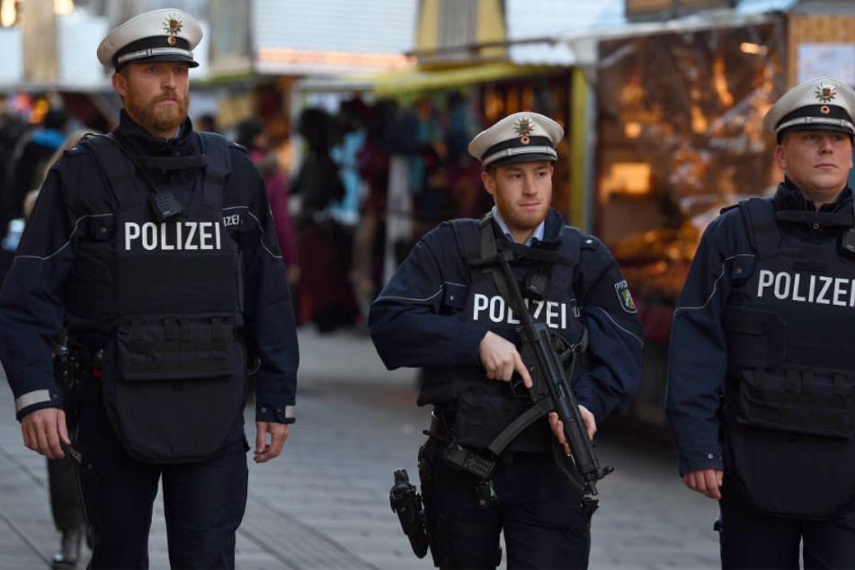 Schwer bewaffnete Polizisten auf dem Düsseldorfer Weihnachtsmarkt 2016.