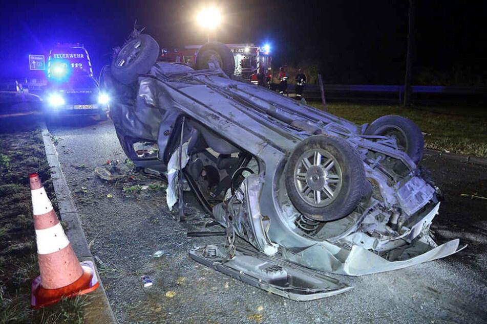 Von dem Renault blieb nach dem Unfall nur ein Haufen Schrott.