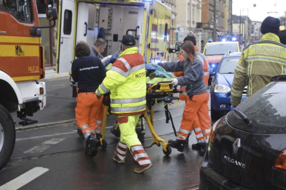 Rettungskräfte kümmern sich um die verletzte Person.