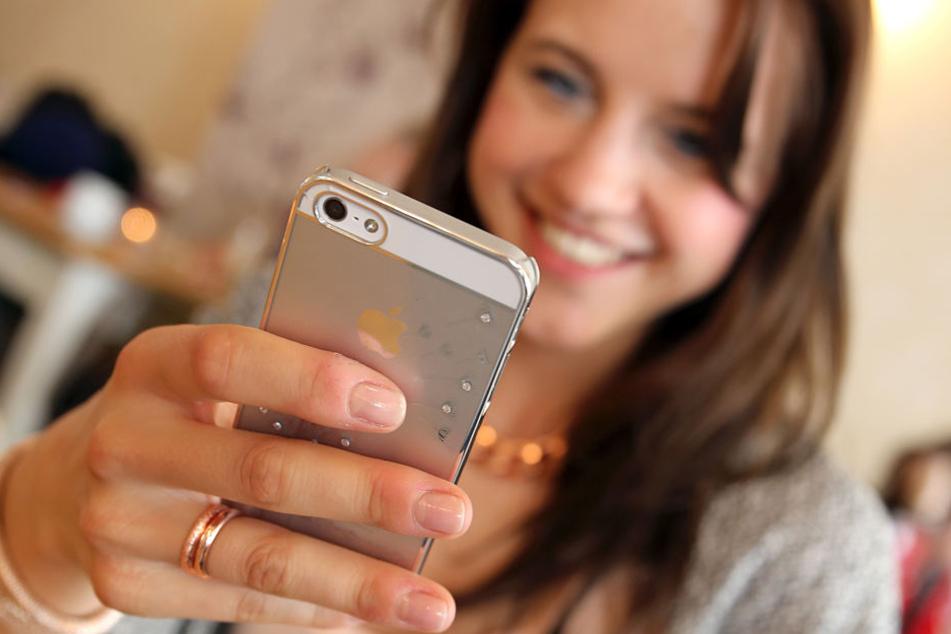 Selfie hier, Post da: Jugendliche vertreiben sich viel Zeit am Smartphone.