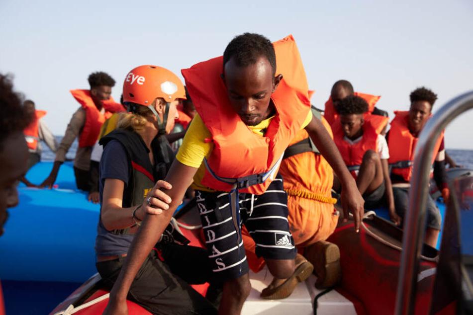Die Flüchtlinge wurden von einem Schlauchboot gerettet.