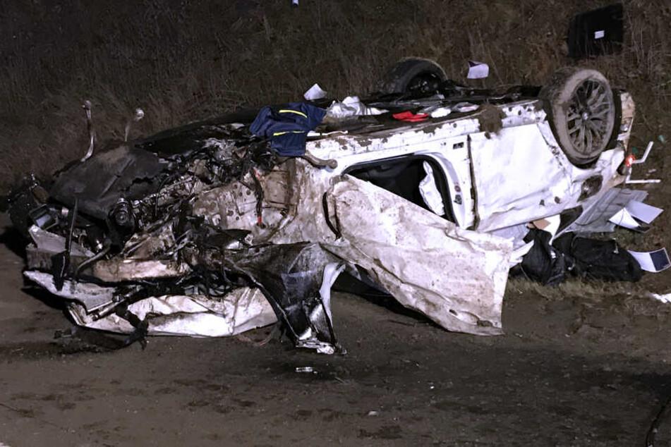 Der BMW liegt zerstört am Fahrbahnrand. Kurz davor wurde eine Person zu Tode gerast.