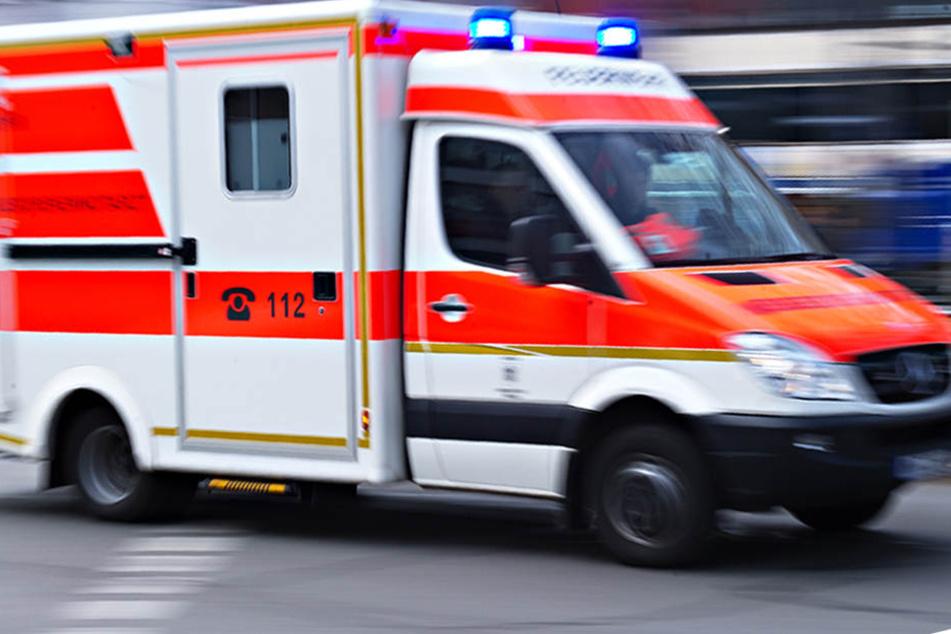 Die Rettungskräfte reanimierten den verunglückten Motorradfahrer an der Unfallstelle.(Symbolbild)