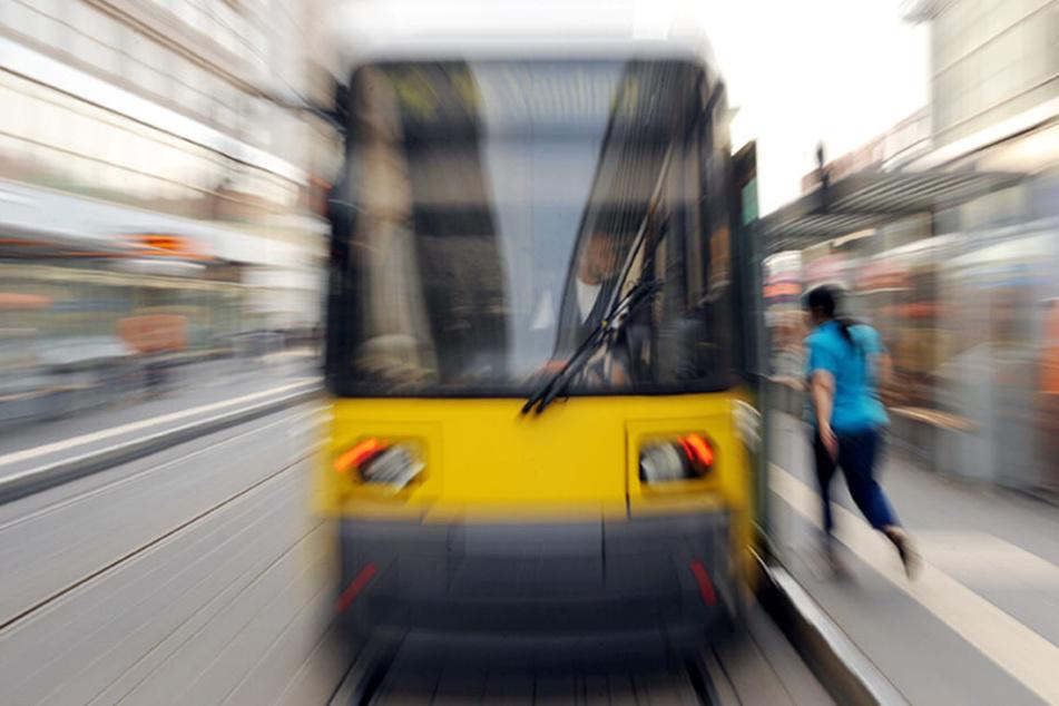 Der Straßenbahnfahrer und weitere Fahrgäste blieben unverletzt. (Symbolbild)