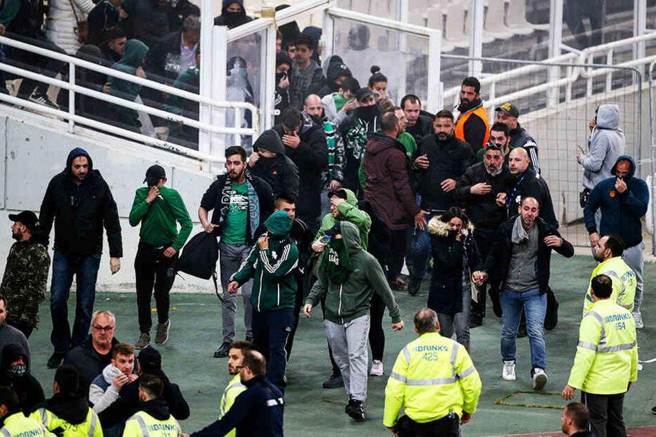 Zuschauer stürmen den Innenraum des Olympiako Stadio Athinas Spyros Louis.