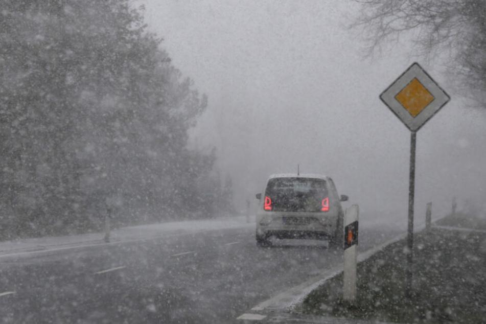 Am Montag hat es in Norddeutschland wie hier im schleswig-holsteinischen Gnutz immer wieder Schneeschauer gegeben.