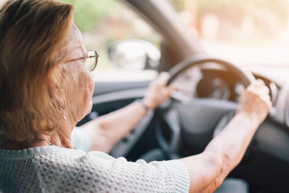 Die Polizei ermittelt noch immer, warum die 68-Jährige gegen den Fahrschulprüfer fuhr. (Symbolbild)