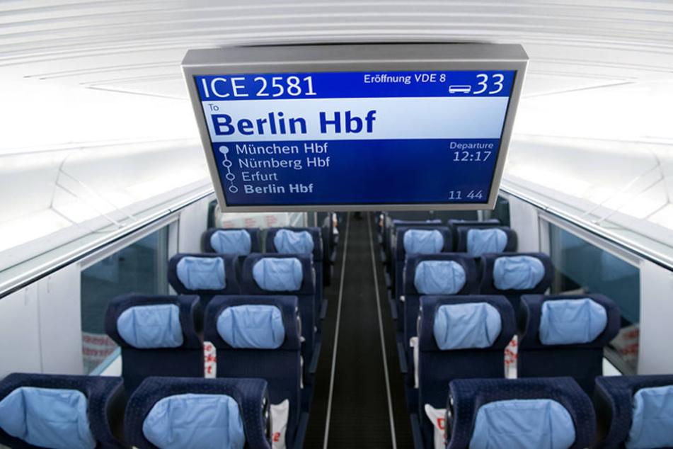 """Eine Infotafel mit der Aufschrift """"ICE 2581 - Berlin"""" ist in einem Sonderzug der Deutschen Bahn (DB) am Hauptbahnhof in München zu sehen."""