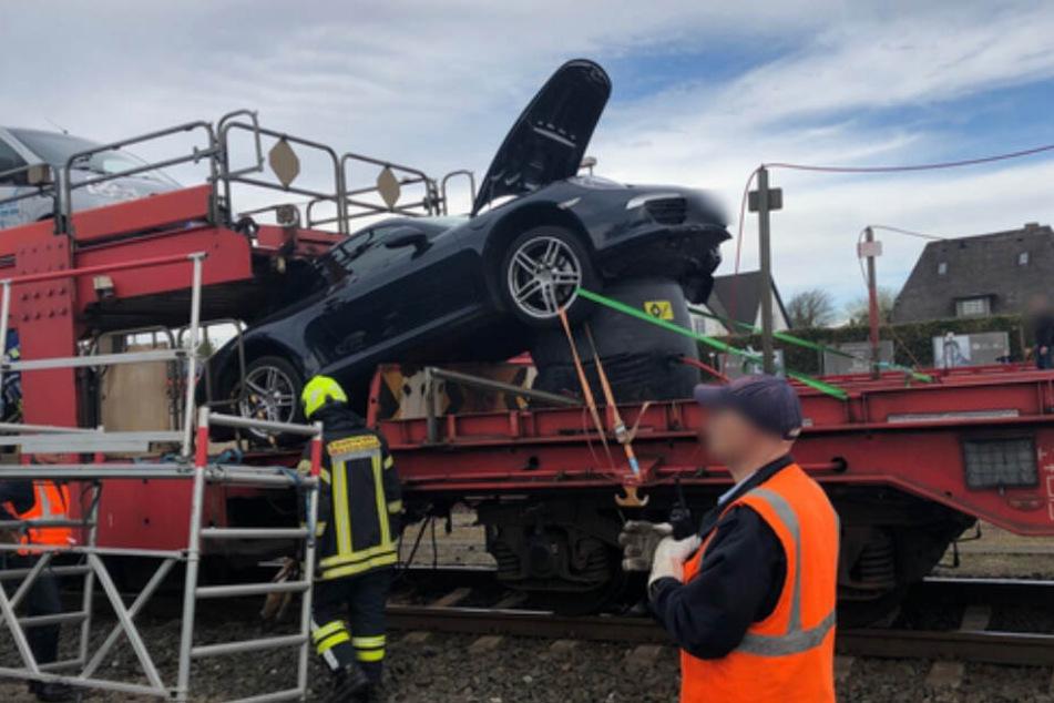 Einsatzkräfte untersuchen den verunfallten Porsche auf dem Sylt-Shuttle.