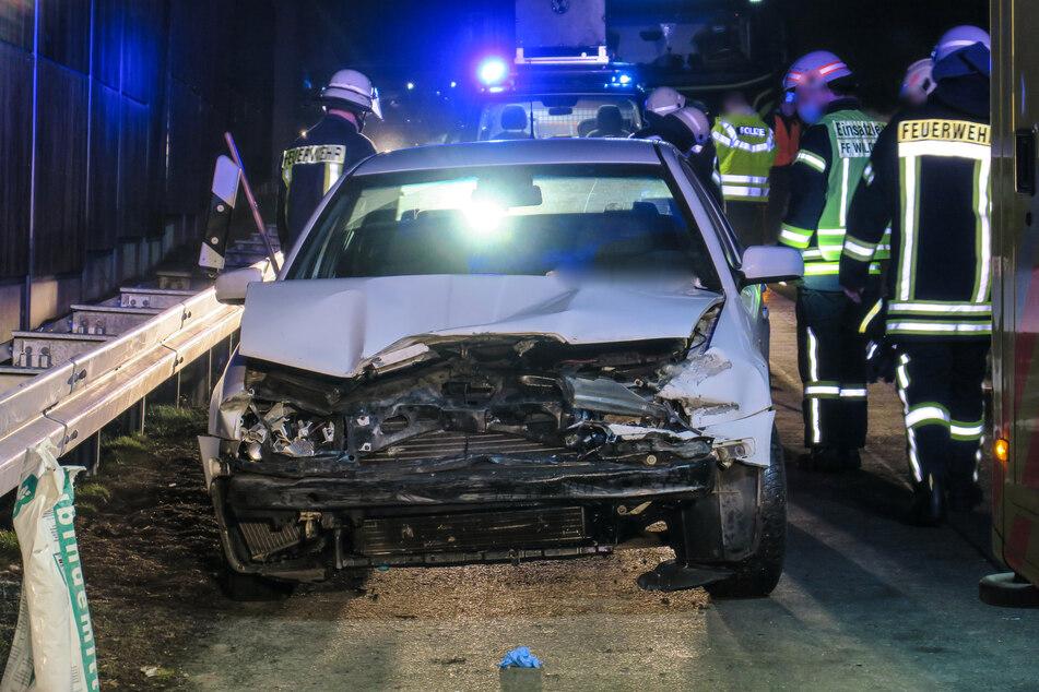 Ein Skoda-Fahrer kam in der Nacht von Sonntag auf Montag von der A72 bei Zwickau ab und krachte gegen eine Leitplanke.