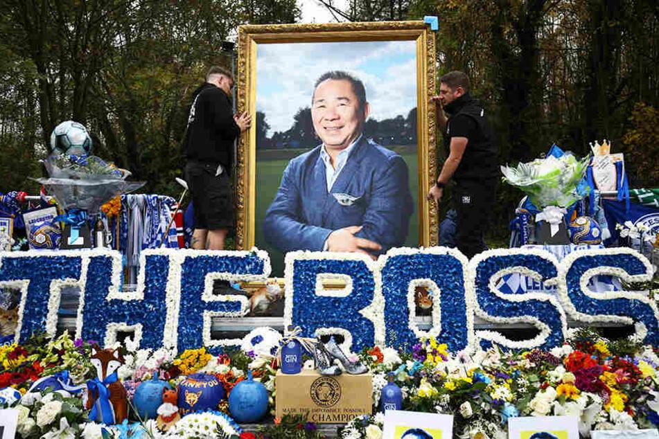 Fans von Leicester City gedenken ihrem verstorbenen Club-Präsidenten Vichai Srivaddhanaprabha.
