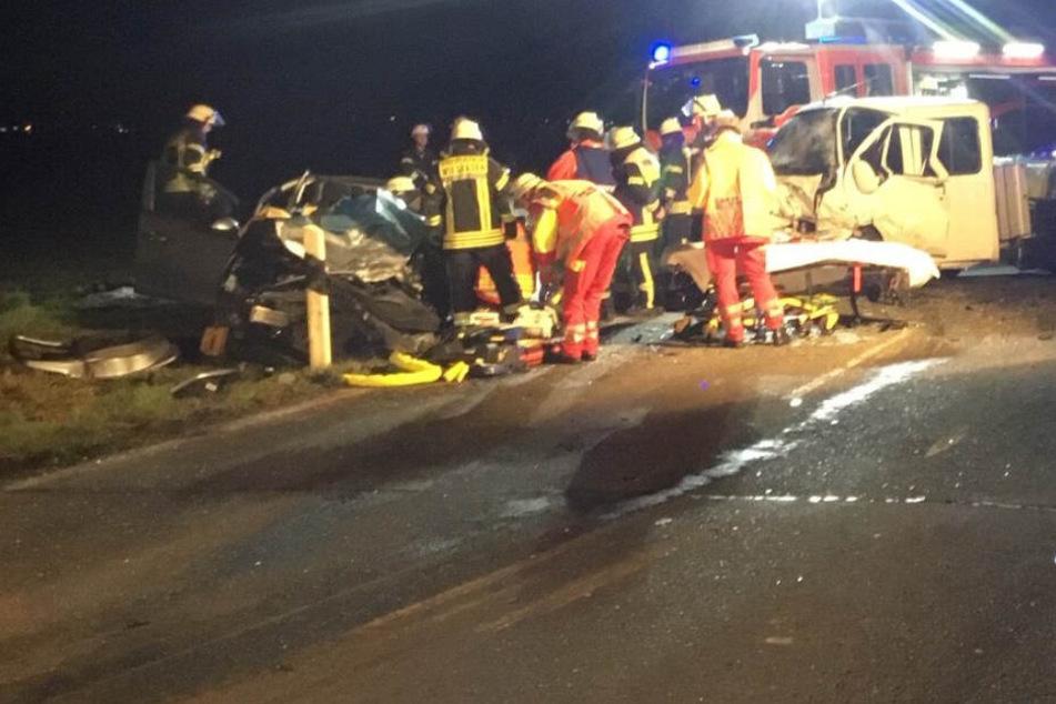 Transporter kracht frontal in Auto: Frau in Wagen eingeklemmt, zwei Schwerverletzte