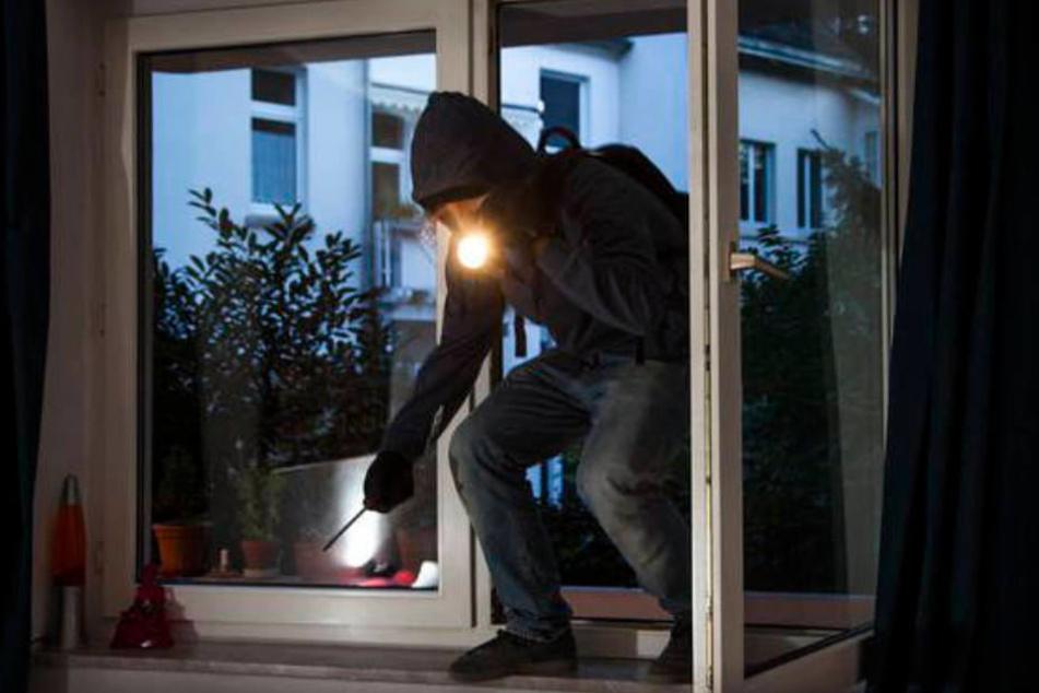 Der Eindringling kam wohl durch ein gekipptes Fenster in die Wohnung der jungen Frauen. (Symbolbild)