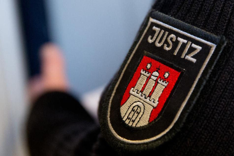 Ein Justizbeamter steht im Landgericht Hamburg. (Archivbild)