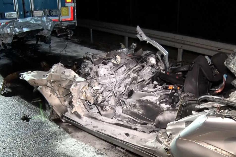 Der völlig verunfallte Wagen wurde von Feuerwehrleuten geborgen.