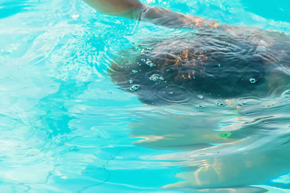 Drama in Schwimmbad: Zwei Mädchen retten 11-Jährige vorm Ertrinken