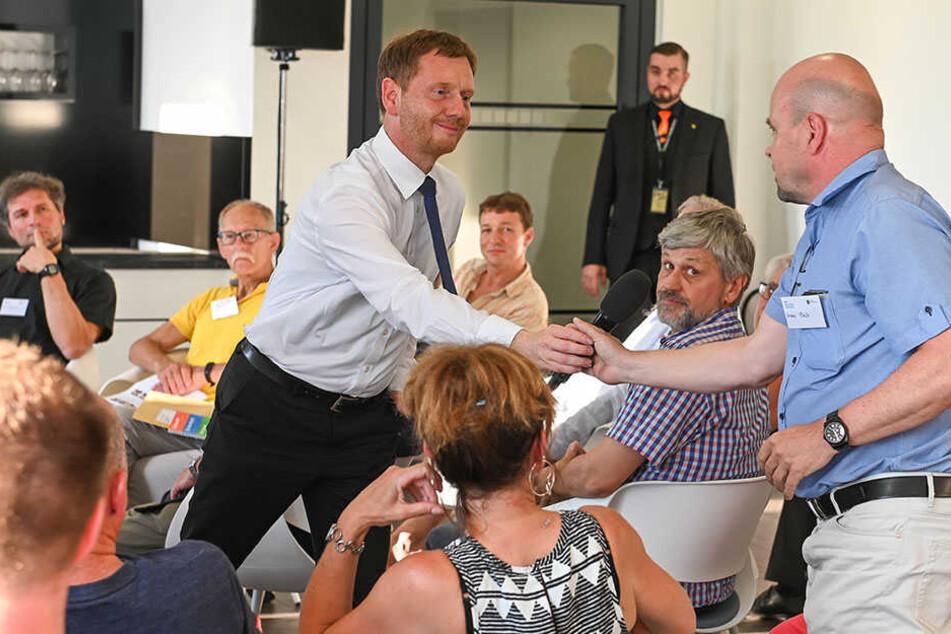Kretschmer im Kontakt mit Bürgern beim Sachsengespräch im Chemnitzer Stadion.