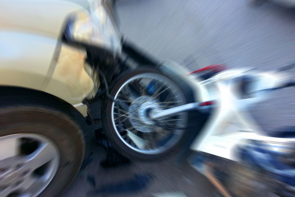 Bikerin einfach übersehen: Frau wird bei Unfall schwer verletzt