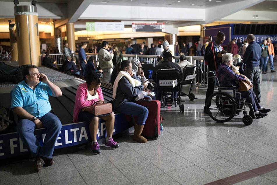 Überfüllte Wartehallen im Flughafengebäude in Atlanta.
