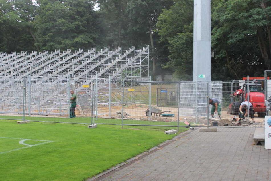 In dieser Woche soll der Aufbau der neuen Tribüne abgeschlossen werden.