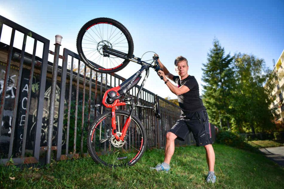 Carsten Haase (52) zeigt, wie die Diebe die E-Bikes über den Zaun warfen.