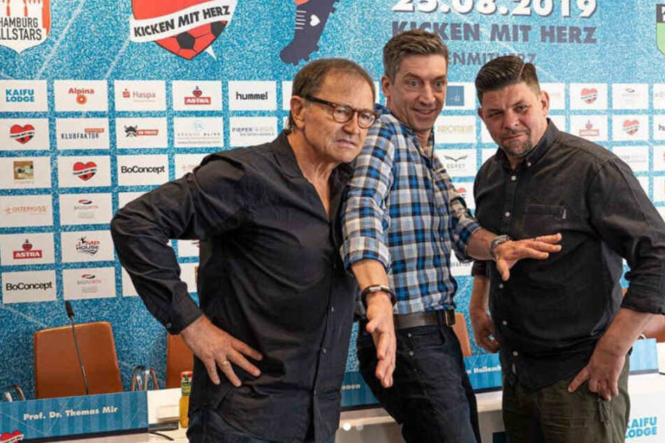 Moderator Steffen Hallaschka (Mitte) musste die beiden Trainer Ewald Lienen (links) und Tim Mälzer voneinander trennen.