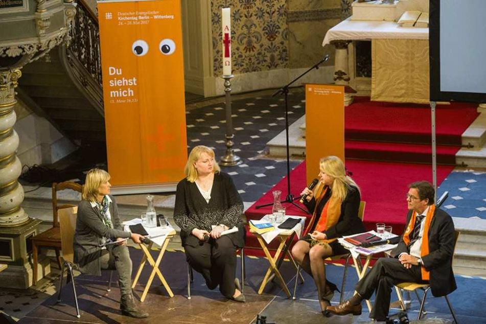 Bettina Warken (l. nach r.), Anette Schultner (AfD), Liane Bednarz und Bischof Markus Dröge sitzen in der Sophienkirche in Berlin bei der Diskussion.