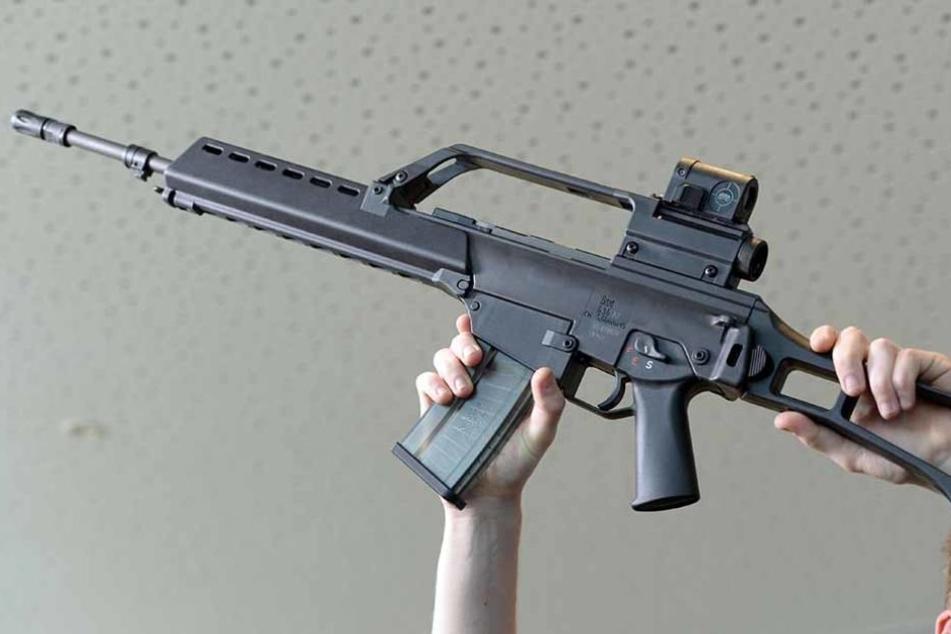 Ein bewaffneter Mann hat am Bahnhof in Mengen einen Großeinsatz ausgelöst. Das Sturmgewehr entpuppte sich jedoch als Plastik-Imitat. (Symbolfoto)