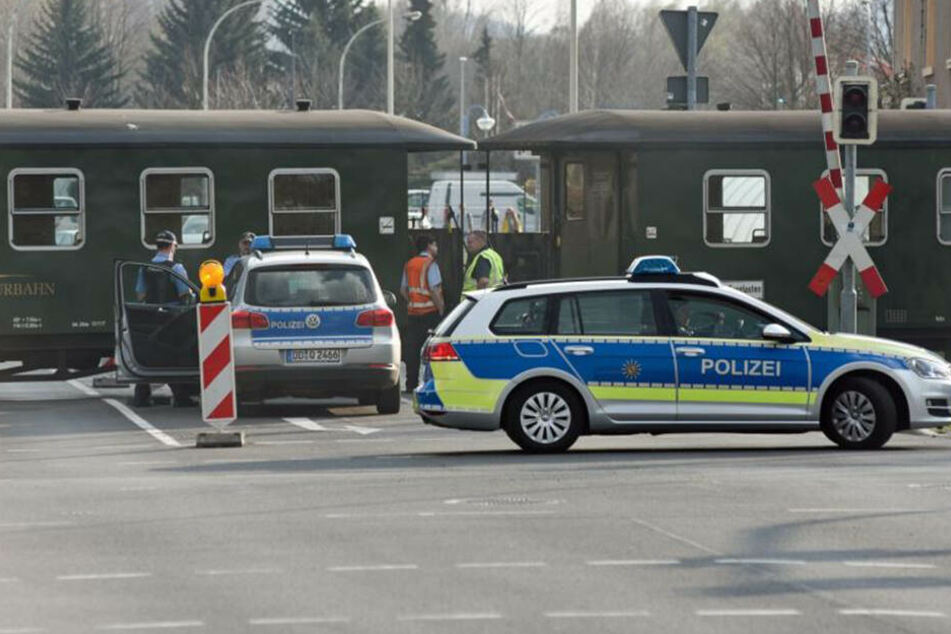 Eine Schmalspurbahn ist am Bahnübergang im sächsischen Zittau mit einem Streifenwagen kollidiert.