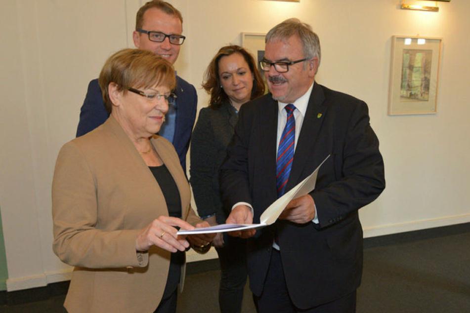 Kultusministerin Brunhild Kurth (63, CDU), der 3,9-Millionen-Scheck für die neue Sporthalle und Erzgebirgs-Landrat Frank Vogel (60, CDU).