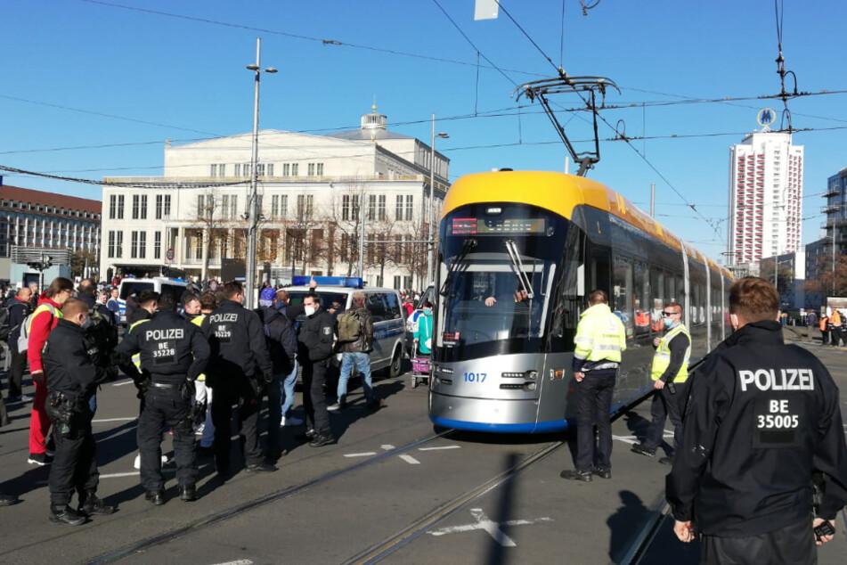 Auf dem Georgiring am Rande des Augustusplatzes wurden Straßenbahnen blockiert.