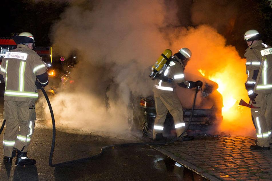 Zwei Fahrzeugen wurden in der Leipziger Südvorstadt mit offener Flamme in Brand gesetzt. (Symbolbild)