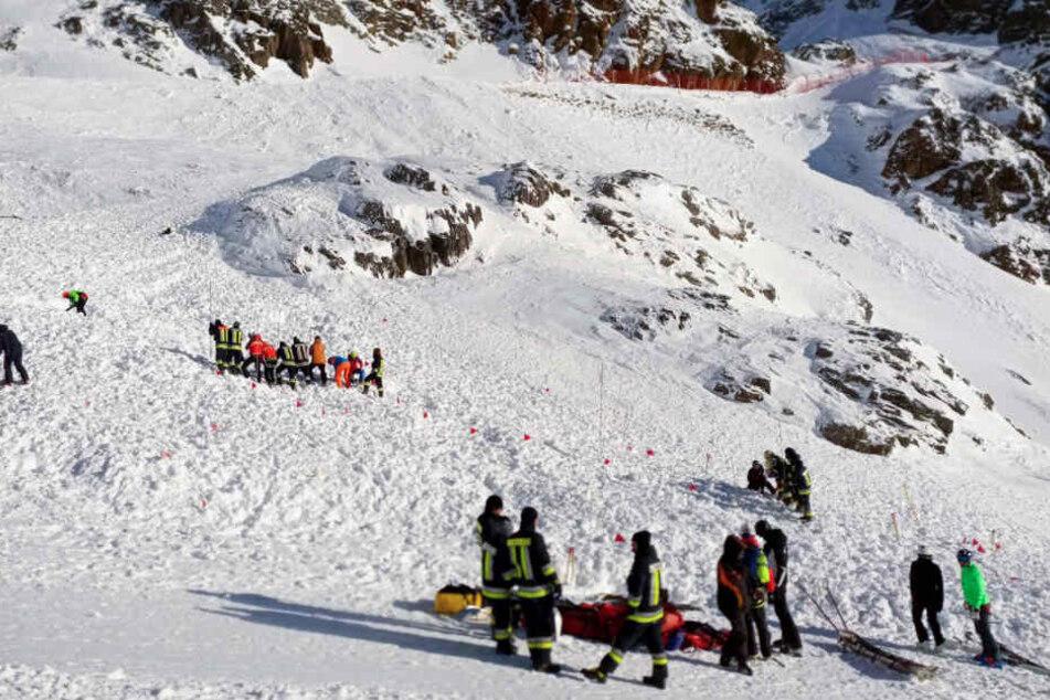 Rettungskräfte suchen auf der Skipiste nach weiteren Verschütteten.