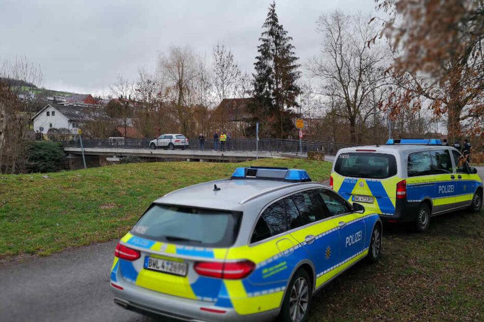 Die Polizei setzt am Donnerstag ihre Suche an dieser Stelle fort. Im Hintergrund ist nicht die Brücke zu sehen, von der das Kind vermutlich stürzte.