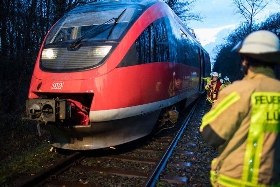 Die Feuerwehr hat 70 Fahrgäste aus dem Zug gerettet.