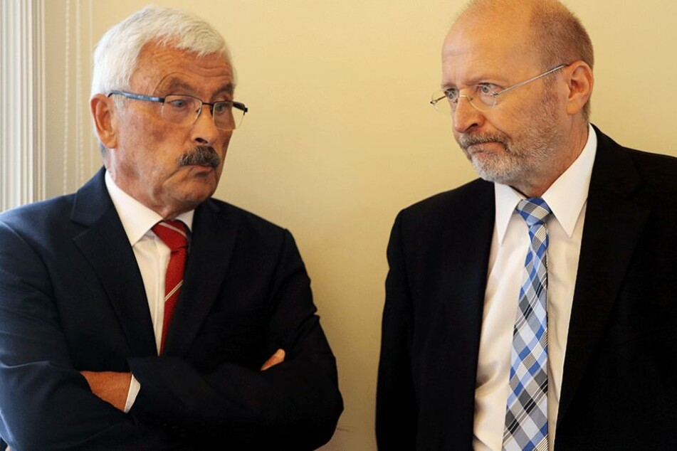 Der Bundesanwalt Thomas Beck, Leiter der Abteilung Terrorismus, (r) unterhält sich mit dem Sonderbeauftragten des Berliner Senats im Fall Anis Amri, Bruno Jost.