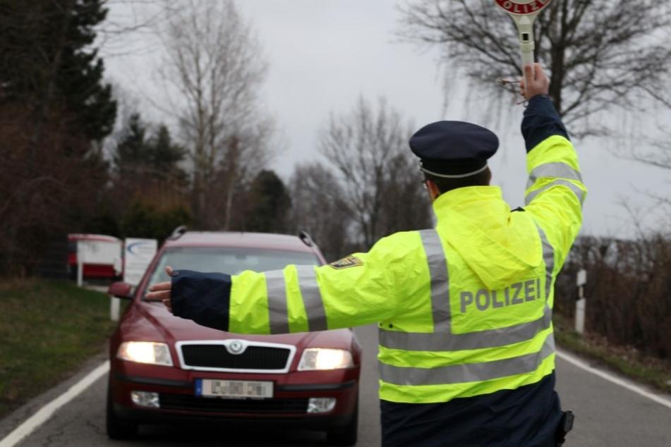 Geschwindigkeitskontrolle in Hohenstein-E.: Polizeiobermeister Dominique  Götze (36) winkte ein Auto zur Seite.