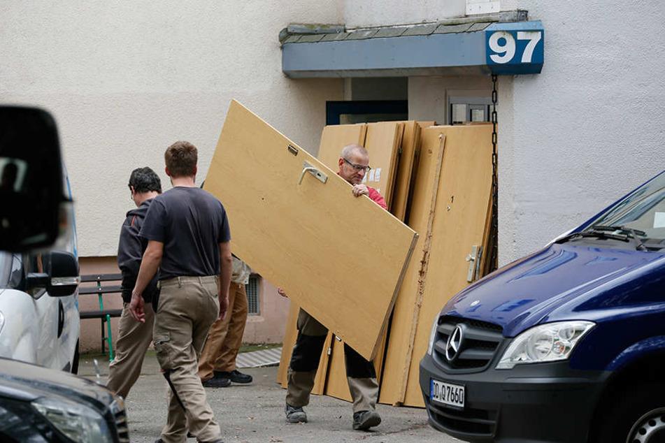 """Am Montag wurden noch die Türen im """"Terrorhaus"""" repariert."""