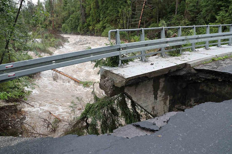 Im polnischen Zazadnia wurde durch die heftigen Unwetter eine Brücke beschädigt.